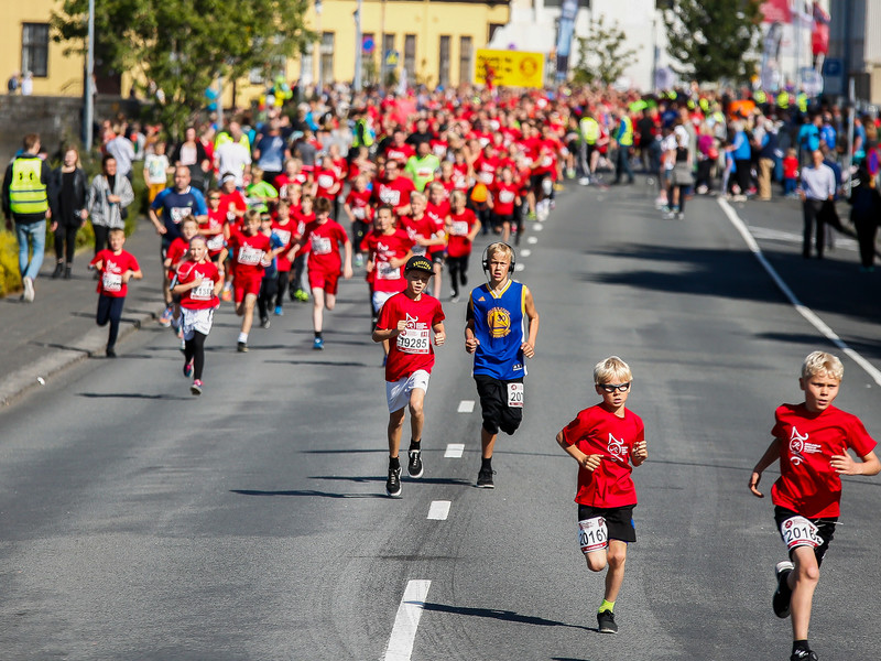 Participants running on road Fríkirkjuvegur, just after the start of the 3 km fun run